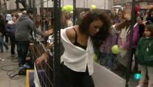 Una joven está atrapa en una celda en la calle