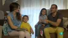 Héctor y Eva junto a sus hijos en el salón