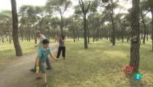 José Carlos y Aurora juegan con su hijo en el parque