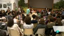 Un grupo de estudiantes realiza una obra de teatro entre el público