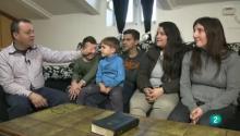 José y Lupe sentados en el sofá junto a sus cuatro hijos