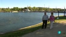 Antonio y María Ángeles caminando de la mano junto a un lago