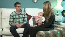 Daniel y Rebeca junto a su bebé en el salón de casa