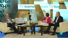 Los invitados y los presentadores hablan en el plató de televisión