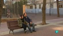 José y Trini sentados en un banco en la calle