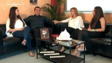 La familia se encuentra en su casa hablando sobre el tema del programa