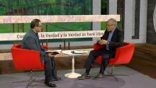 El presentador y el invitado hablan en el estudio