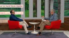 El presentador y el invitado charlan en el plato del programa