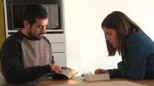 Dos participantes leen la Biblia