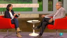 La entrevistada habla con el director del programa
