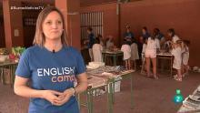 Una monitora del campamento de inglés