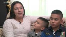 Una madre habla con sus dos hijos